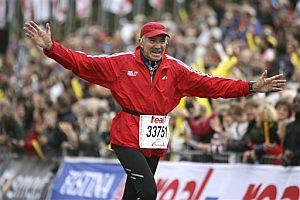 Madrazo 'terminó' así de contento y abrigado el maratón de Berlín. (Foto: AP)