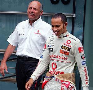 Dennis y Hamilton, muy sonrientes en el GP de China. (Foto: AP)