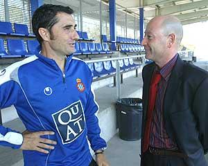 Valverde conversa con el periodista Orfeo Suárez. (Foto: Antonio Moreno)