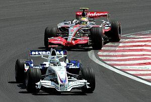 Heidfeld, por delante de Hamilton en Interlagos. (Foto: EFE)