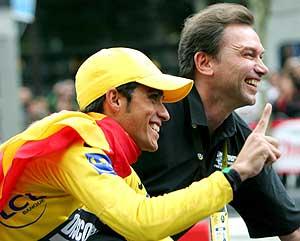 Alberto Contador y Johan Bruyneel pasean su alegría en París, tras ganar el Tour 2007. (Foto: EFE)