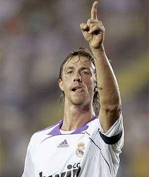 Guti celebra un gol en El Madrigal. (REUTERS)