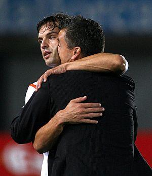 Óscar Fernández besa al goleador del Valencia, Morientes. (Foto: AFP)