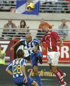 Baiano (d) y el defensa del Deportivo Manuel Pablo pugnan por un balón aéreo. (EFE)