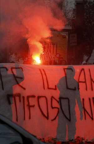 Un grupo de radicales protesta tras la muerte de un seguidor del Lazio. (Foto: AP)