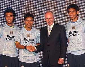 El técnico del Manchester City, Sven-Goran Eriksson (2º dcha), felicita a los nuevos jugadores del equipo Suree Sukha (2º izq), Kiatpravut Saiwaew (izq) y Thirasilp Dangda (dcha) tras la conferencia de prensa. (Foto: EFE)