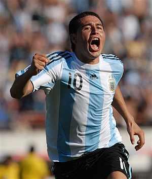Riquelme celebra uno de sus goles a Bolivia. (Foto: AP)