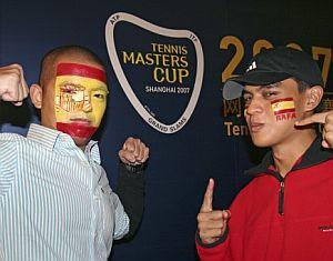 Dos aficionados chinos animan al tenis español. (Foto: EFE)