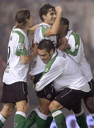 Jorge López celebra su tanto con sus compañeros. (Foto: EFE)