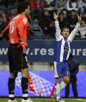 Ángel celebra el primer gol del Espanyol. (Foto: EFE)