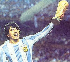 El capitán argentino, Daniel Passarella, alza la copa del Mundo.