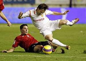 Javi García derriba a Silva durante el partido. (Foto: EFE)