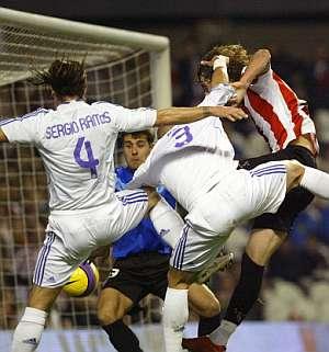 Ramos y Pepe intentan cabecear en el área del Athletic. (Foto: AP)