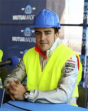 Fernando Alonso, en un acto de la Mutua. (Foto: EFE)