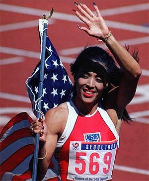 Florence Griffith, después de ganar la medalla de oro en los Juegos Olímpicos de Seúl, en 1988. (Foto: AP)