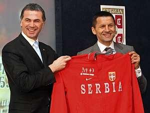 Miroslav Djukic posa junto al presidente de la federación serbia, Zvezdan Terzic. (Foto: AFP)