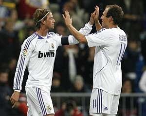 Guti y Robben, autores de los goles del Madrid, celebran el tanto del triunfo. (EFE)