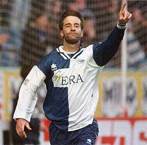 Kodro celebra un gol con el Alavés en una imagen de 1999. (Foto: EL MUNDO)