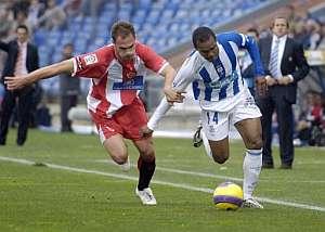 Pongolle (d) y Carlos García luchan un balón durante el partido. (Foto: EFE)