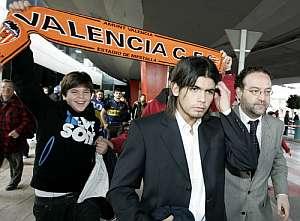 Éver Banega, a su llegada a Valencia. (Foto: AFP)