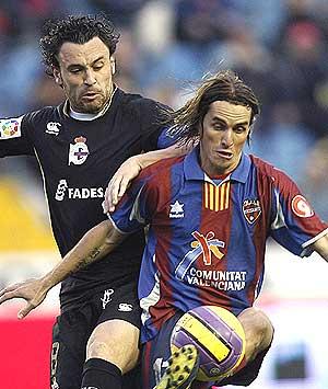 Savio intenta llevarse el balón ante el deportivista Sergio. (Foto: EFE)