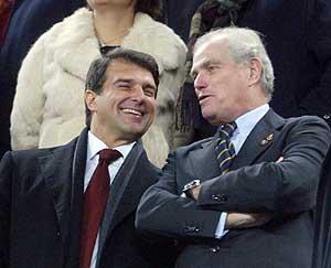Laporta y Calderón, en el palco del Camp Nou. (Foto: REUTERS)