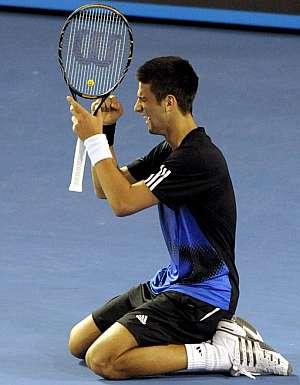 Novak Djokovic, de rodillas, tras ganar el partido.(Foto: EFE)