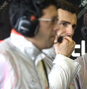 De la Rosa (al fondo) durante los entrenamientos de Jerez. (Foto: EFE)
