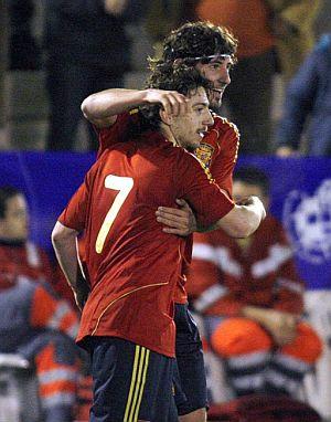 Granero, que dio el pase, abraza a Sisi, autor del primer gol. (Foto: EFE)