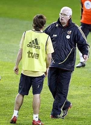 Bojan Krkic escucha a Luis Aragonés durante un entrenamiento en Málaga. (Foto: EFE)