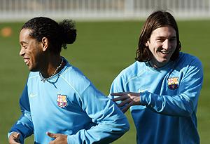 Ronaldinho (i) y Messi durante un entrenamiento. (Foto: REUTERS)