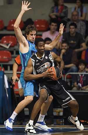 Lewis, defendido por Grimau, en el iurbentia-Barcelona de Copa. (EFE)