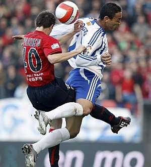 Azpilicueta entra en falta al brasileño Ricardo Oliveira. (EFE)