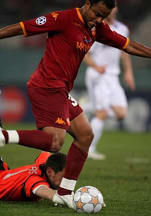 Mancini regatea a Casillas para anotar el segundo gol de la Roma. (Foto: AP)