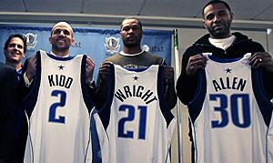Kidd posa con su nueva camiseta y sus nuevos compañeros (Antonio Wright y Malik Allen) con Mark Cuban al fondo. (Foto: Reuters)