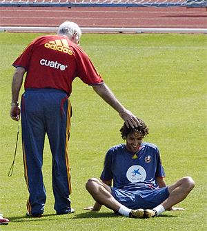 Luis Aragonés saluda a Raúl en un entrenamiento de la selección. (Foto: Begoña Rivas)