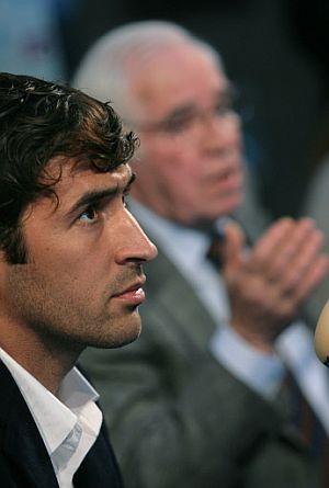 Raúl y Aragonés, durante la conferencia de prensa en la Ciudad del Fútbol. (Foto: AFP)