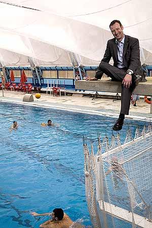 Pedro García en un trampolín sobre la piscina del Canoe. (Foto: Carlos Alba)