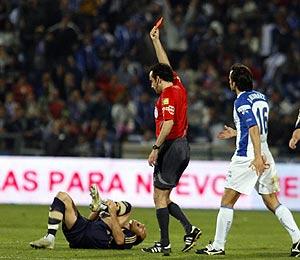 Robben (i) se duele de la entrada de Quique Álvarez (d) mientras Iturralde muestra la roja directa al jugador del Recreativo. (Foto: EFE)