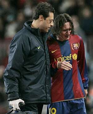 Messi abandonó el campo llorando tras su enésima lesión muscular. (AP)