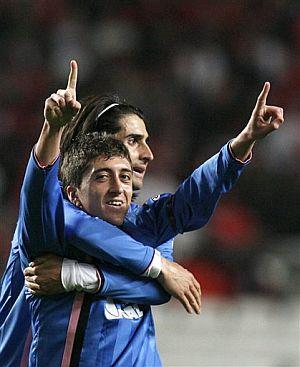 De la Red abraza a Pablo, tras el segundo gol del Getafe. (Foto: AP)