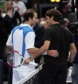 Pete Sampras (izda.) felicita a Roger Federer, tras el partido de exhibición. (Foto: AP)