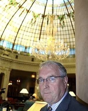 Pat McQuaid, presidente de la UCI, durante la entrevista. (EFE)