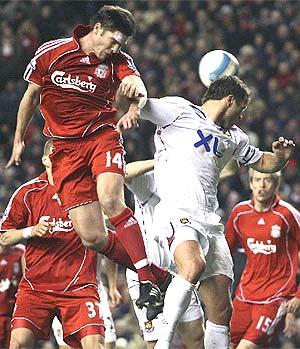 Alonso cabecea durante un partido ante el West Ham. (Foto: AP)