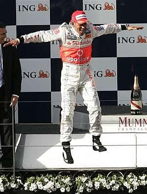 Lewis Hamilton celebra la victoria en Australia. (Foto: AP)