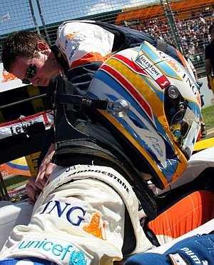Fernando Alonso, en su monoplaza. (EFE)