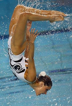 Una integrante del equipo español realiza un salto acrobático durante la prueba. (Foto: AFP)