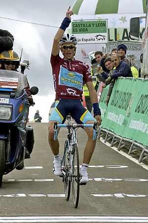 Contador levanta los brazos en la Collada de Salcedillo. (Foto: EFE)