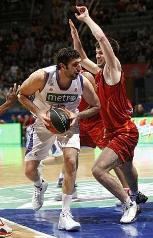 Mumbrú ante la defensa de Cvetkovic. (Foto: EFE)