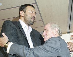 Divac se abraza con Calderón. (Foto: JULIO PALOMAR)